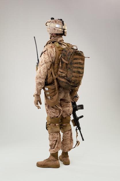 Vista trasera del soldado militar del ejército de los ee. uu. operador de infantería de marina studio shot retrato Foto Premium