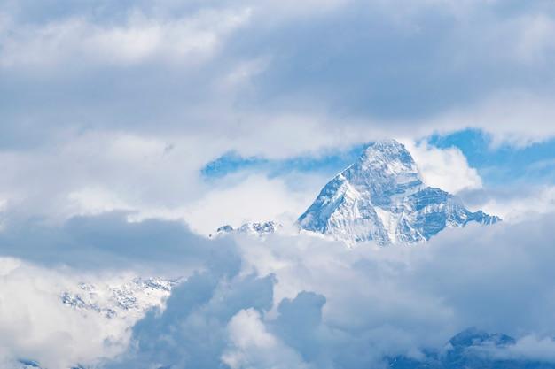 Una de las vistas masivas de himalaya a través de la nube Foto Premium