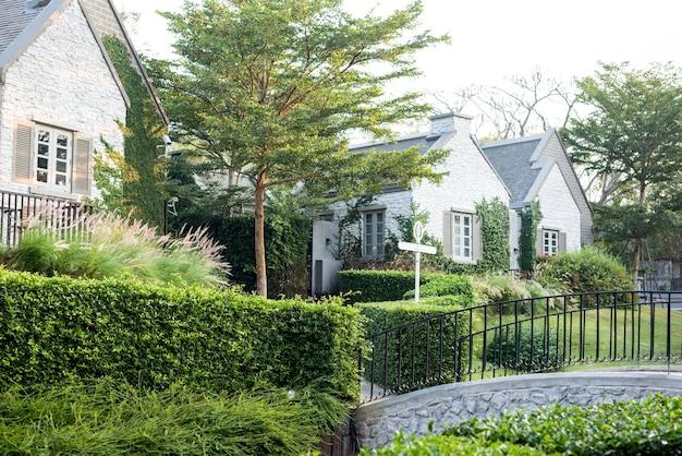Vivienda suburbana y jardín Foto gratis