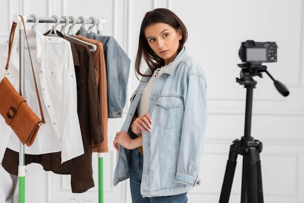 Vlogger grabando con ropa Foto gratis