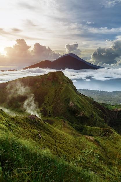 Volcán indonesio activo batur en la isla tropical bali. indonesia. volcán batur amanecer serenidad. cielo del amanecer en la mañana en la montaña. serenidad del paisaje de montaña, concepto de viaje Foto Premium