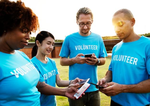 Voluntarios publicando en las redes sociales Foto gratis