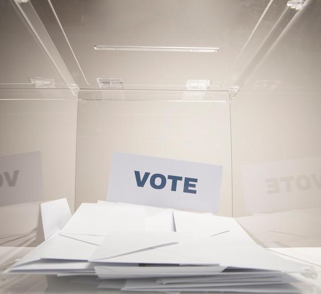 Vote la palabra en una tarjeta blanca y una pila de sobres Foto gratis