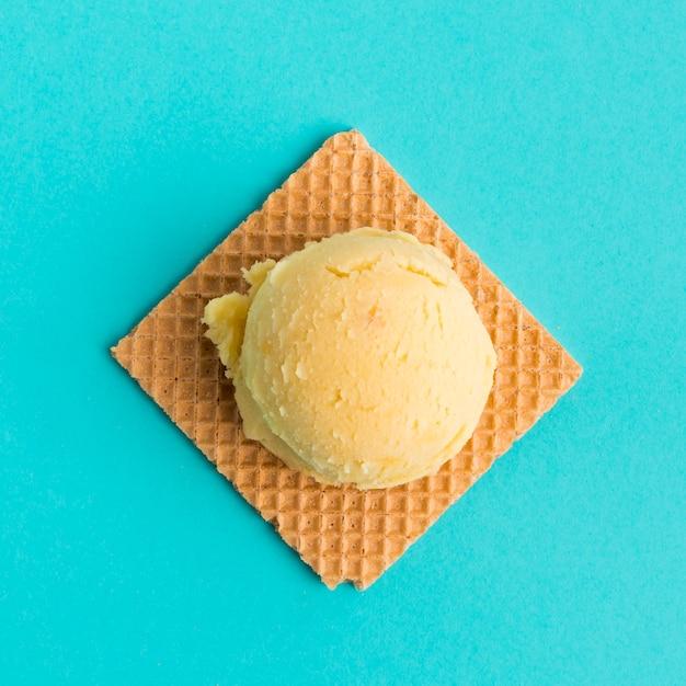 Waffle con bola de helado Foto gratis