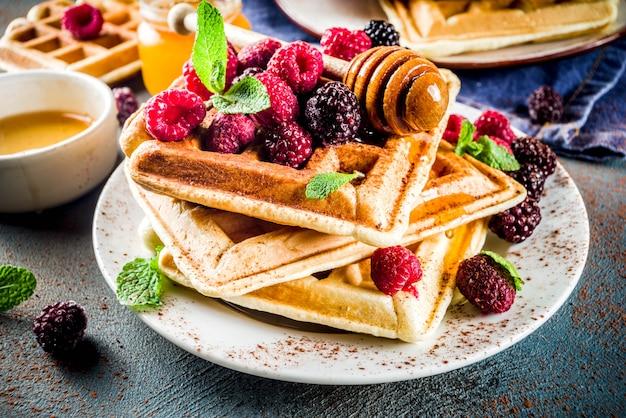 Waffles belgas con bayas y miel Foto Premium