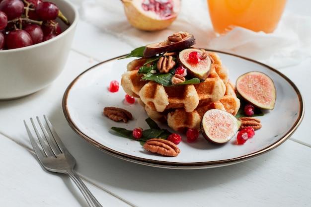 Waffles con higos y nueces Foto gratis