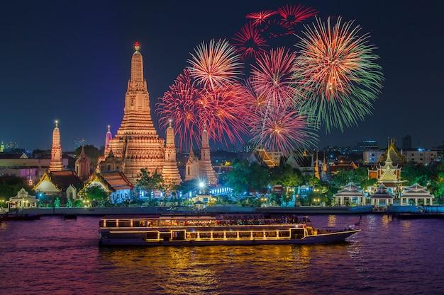Wat arun y crucero en la noche bajo la celebración del año nuevo, ciudad de bangkok, tailandia Foto Premium