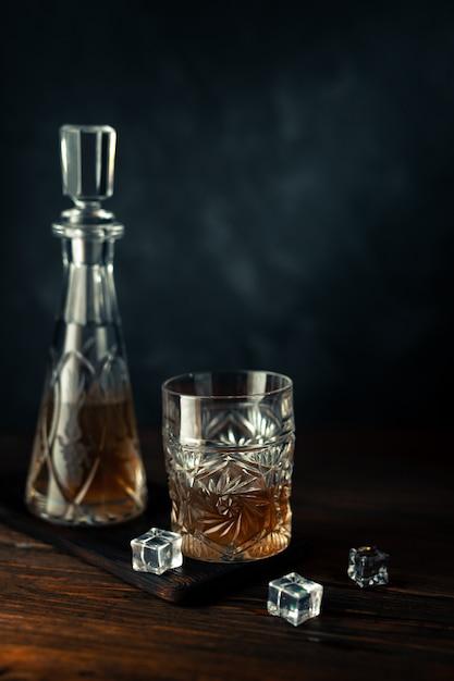 Whisky en vaso con hielo Foto Premium