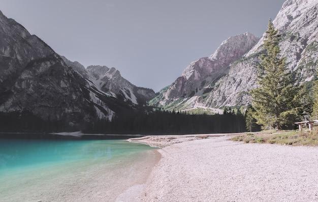 White mountain ridge, cerca del cuerpo de agua Foto gratis