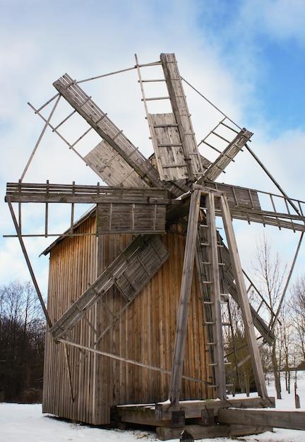 Windmil de madera vieja, museo estatal bielorruso de arquitectura popular, región de minsk, pueblo de azjarco, bielorrusia Foto Premium