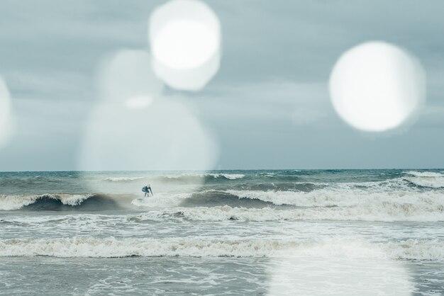 Windsurfistas tratando de montar pequeñas olas durante una tormenta. Foto Premium