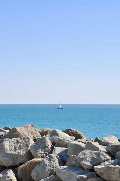 Un yate navegando en mar abierto un día despejado Foto Premium