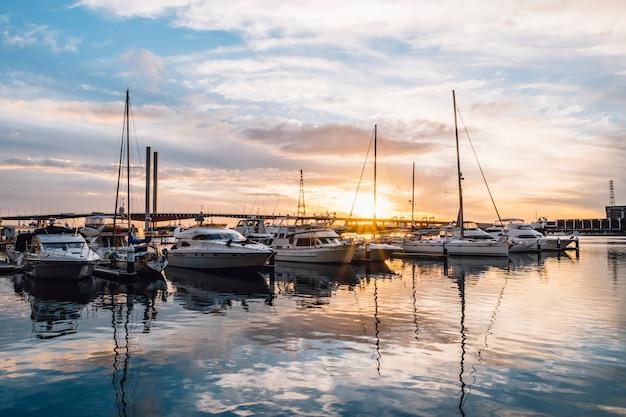 Yate reflejo puesta de sol puerto Foto gratis