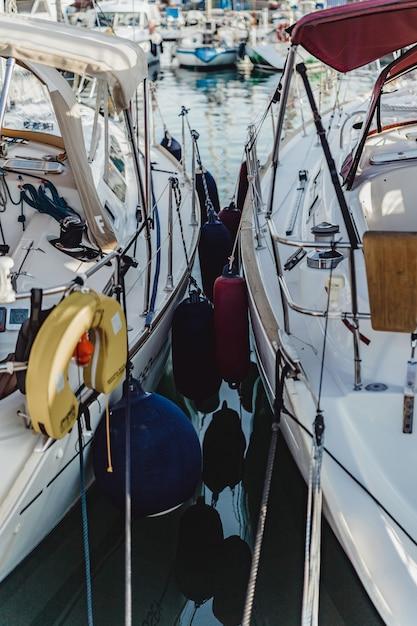 Yates privados en puerto Foto gratis