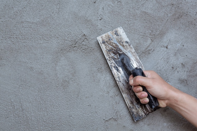 Yesero renovando paredes interiores. Foto gratis