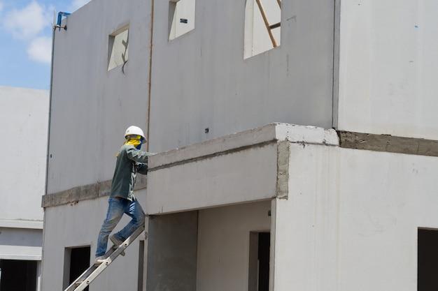 Yeso, casa de construcción, trabajador, planchas de construcción para la construcción, concreto y equipo Foto Premium