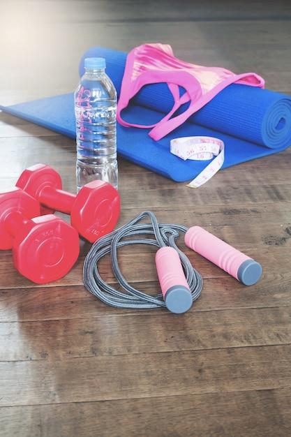 108220a8 Yoga y equipos deportivos para mujer sobre fondo de madera, concepto ...