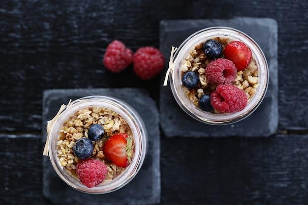 Yogurt con avena y bayas en vasos Foto gratis