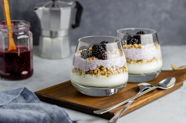 Yogurt con granola, semillas de chia y moras Foto Premium