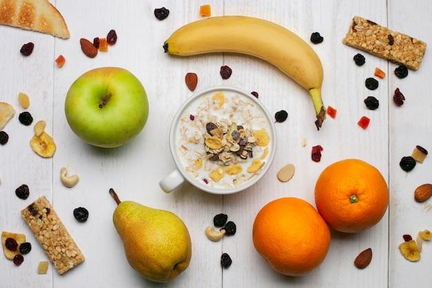 Yogurt con musli y frutas Foto gratis