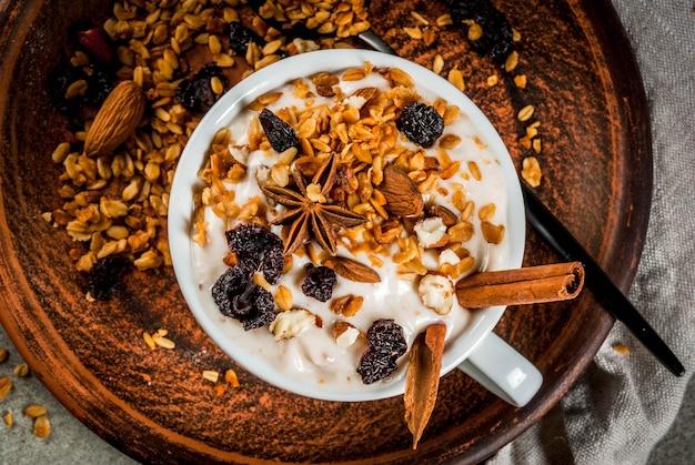 Yogurt picante con granola, frutos secos, nueces, almendras, especias. Foto Premium