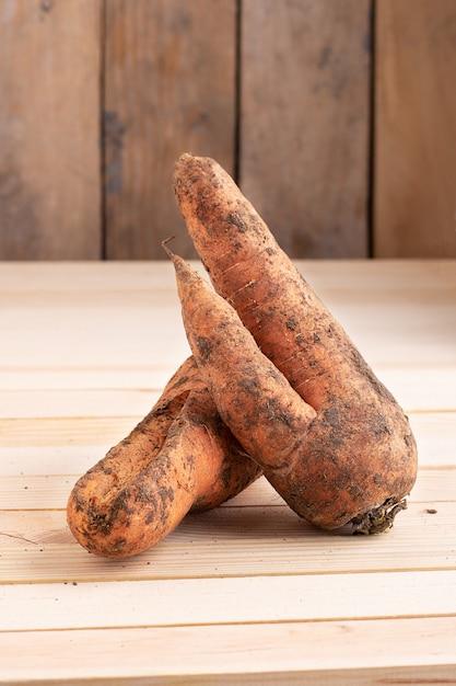 Zanahoria orgánica del huerto en la mesa de madera Foto Premium