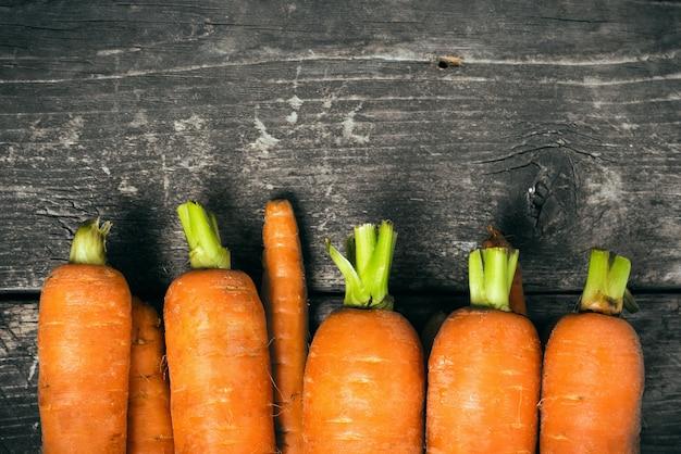 Zanahoria En Las Viejas Tablas De Madera Oscura Foto Premium El descarte de zanahoria se convierte ahora en un snack muy saludable. freepik