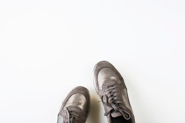 Zapatillas de deporte plateadas grises sobre un fondo blanco