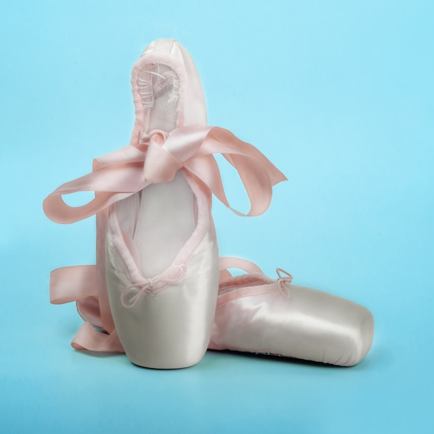 Zapatillas de punta zapatos de ballet con un lazo de cintas bellamente doblado en azul Foto Premium