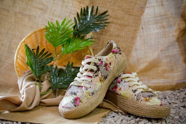 Zapatos casuales y de verano para mujer, vibraciones tropicales. Foto Premium