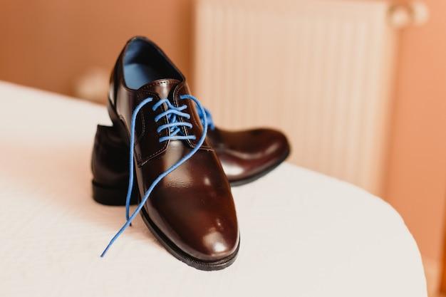 df85208c Zapatos de hombre para vestir eligiendo el día de la boda | Descargar Fotos  premium