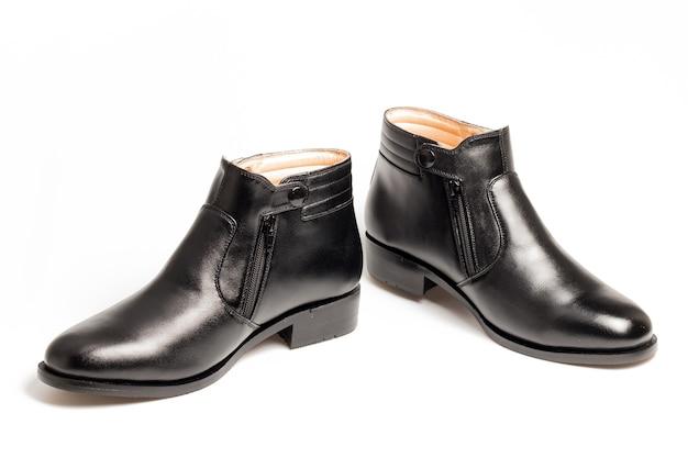 5a3bbf0420 Zapatos negros de los hombres del cuero de patente aislados en el fondo  blanco Foto Premium