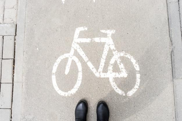 Zapatos de peatones en la pasarela para ciclistas. Foto Premium