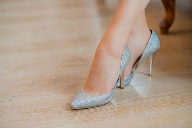 nueva colección cb7d3 27b62 Zapatos plateados con tacones altos. pies en zapatos de ...