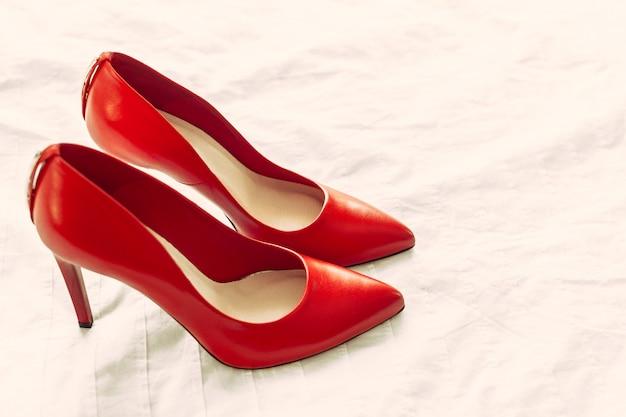 Zapatos rojos de mujer   Foto Premium
