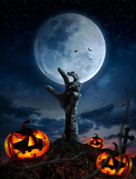 Zombie manos subiendo en la oscura noche de halloween. Foto Premium
