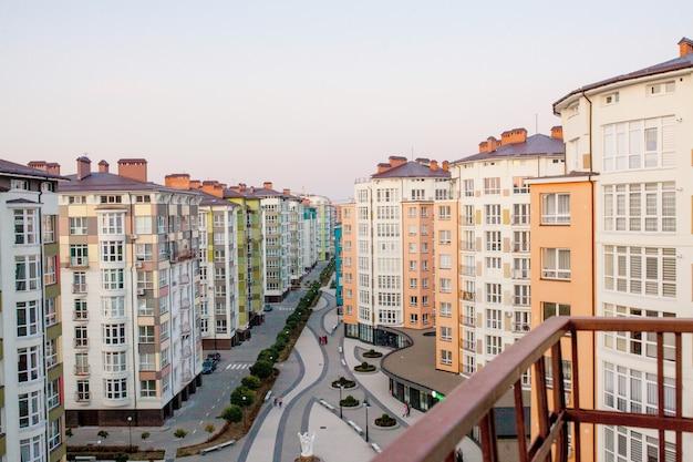 Zonas residenciales con edificios de varias plantas y calles Foto Premium