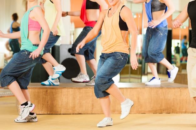 Zumba o jazzdance - jóvenes bailando en estudio Foto Premium