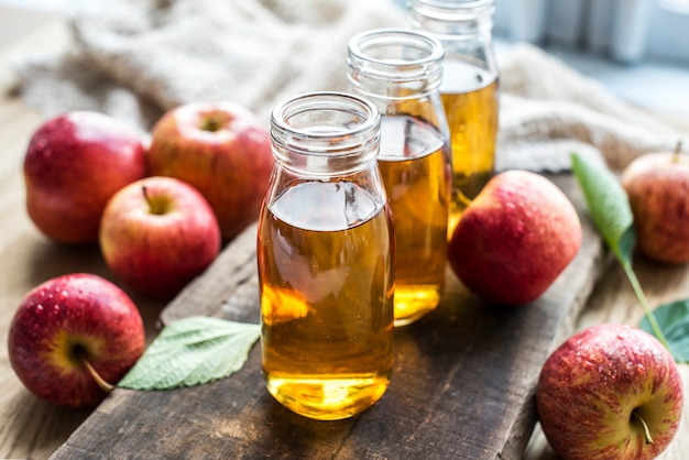 Zumo de manzana fresca cerca de tiro | Foto Gratis