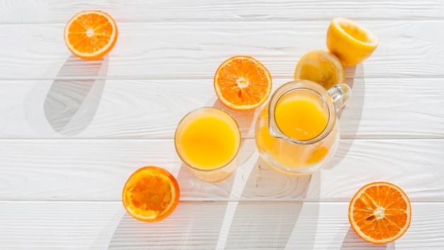Zumo de naranja con fruta exprimida. Foto gratis