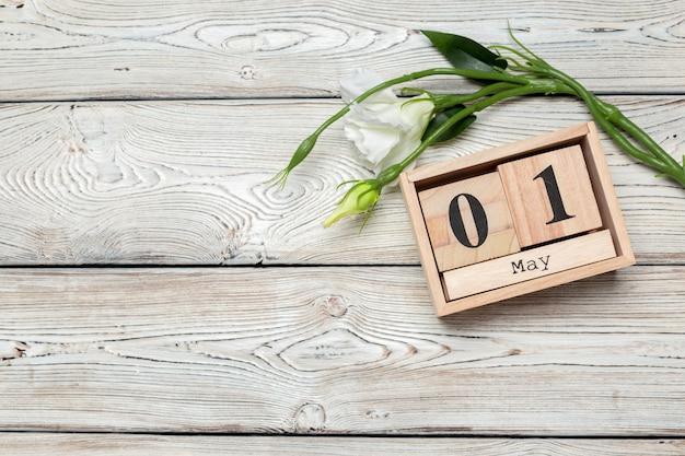 1 maggio, 1 maggio calendario di legno su legno bianco Foto Premium