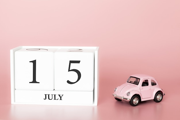 15 luglio, giorno 15 del mese, cubo calendario su sfondo rosa moderno con auto Foto Premium