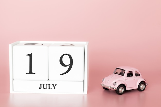 19 luglio, giorno 19 del mese, cubo calendario su sfondo rosa moderno con auto Foto Premium
