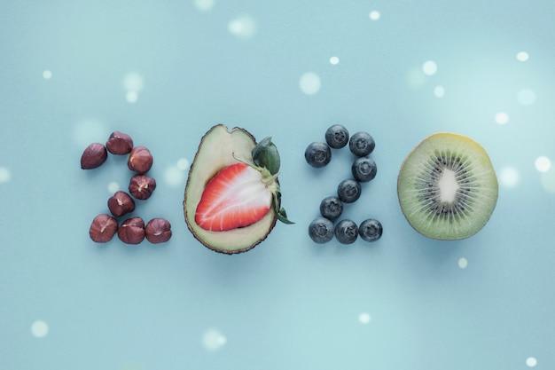 2020 a base di cibo sano su sfondo blu pastello Foto Premium
