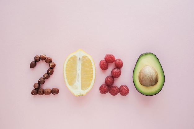 2020 a base di cibo sano su sfondo rosa pastello Foto Premium
