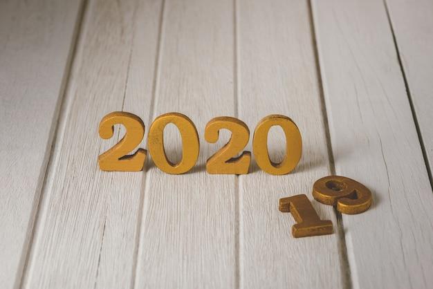 2020 numero d'oro in legno. felice anno nuovo sul concetto di natura Foto Premium