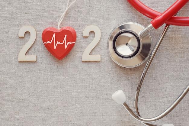 2020 numero di legno con stetoscopio rosso Foto Premium