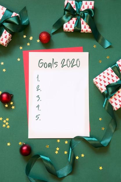 2020 obiettivi del nuovo anno, pianificazione, lista di controllo, lettera a babbo natale, la tua lista dei desideri sul verde. vista dall'alto. Foto Premium