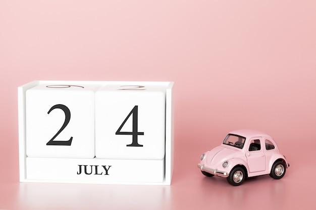 24 luglio, giorno 24 del mese, cubo del calendario su sfondo rosa moderno con auto Foto Premium
