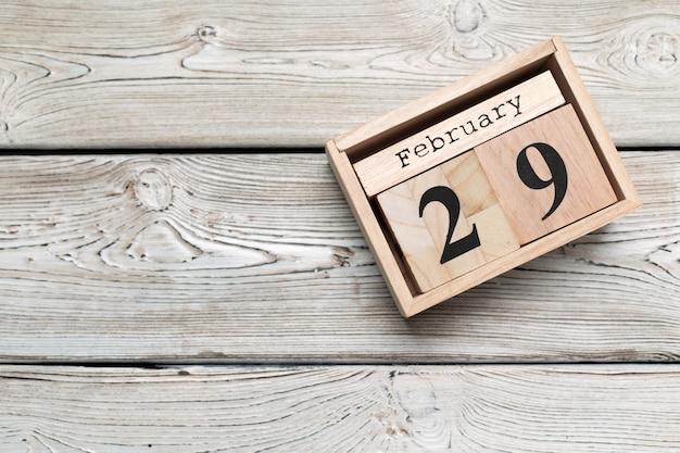 29 febbraio. giorno 29 del mese di febbraio, calendario su legno. orario invernale Foto Premium